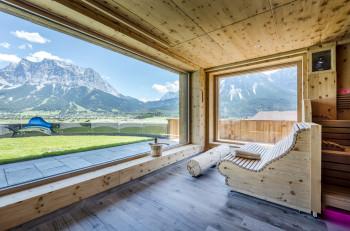 Ausblick aus der Zirben-Sauna mit Blick auf die Zugspitze