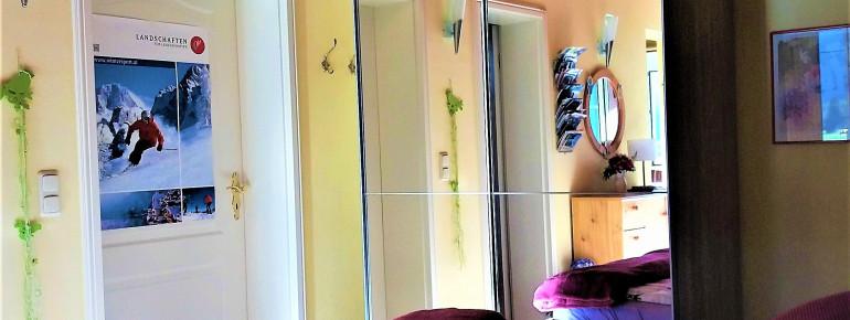 Riesen Flat TV mit 119 cm BilddiagonaleGrosser Schiebetürenspiegelschrank