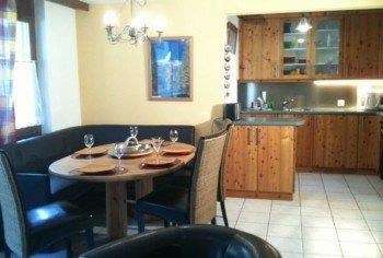 Wohnzimmer zur Essecke und Küche hin