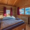 Schlafzimmer mit Bergpanorama im Hüttendorf Maria Alm