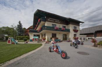 Der Abelhof im Sommer in Rohrmoos direkt vor einer Wanderbushaltestelle