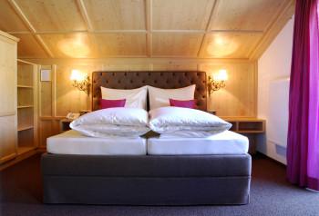 Frisch gemachtes Doppelbett im großen Doppelzimmer im Stammhaus