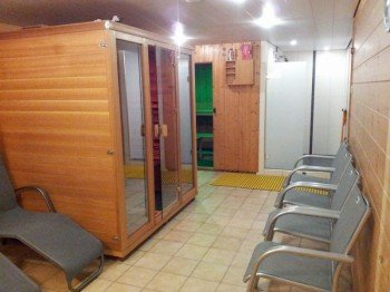 Sauna und Infrarotkabine mit Ruheraum