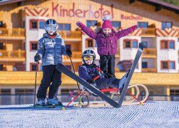 Schneespielwiese vorm Kinderhotel Buchau