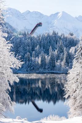 Freibergsee mit Blick auf die Skiflugschanze