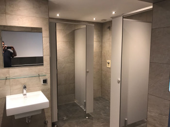 Duschen im Hallenbadbereich