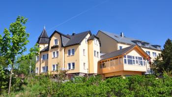 Schlossberghotel Oberhof, Ansicht von außen im Sommer