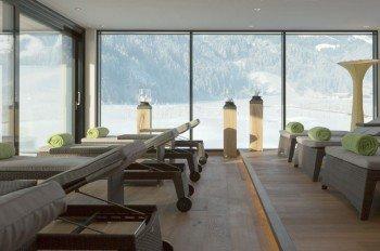 Vom Ruheraum aus genießen Gäste den Blick auf das winterliche Zillertal