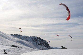 Auf dem Kleinen Sankt-Bernhard-Pass kann man sich im Snowkiten versuchen