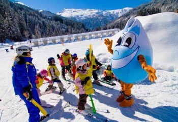 Mascot Gasti supports the little ones during their first turns.