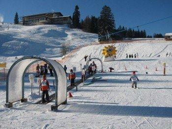The ski school area with a magic carpet in Fischen.