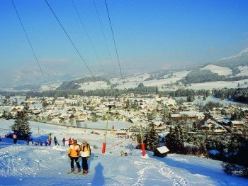The lifts are located directly on the edge of the village of Fischen.