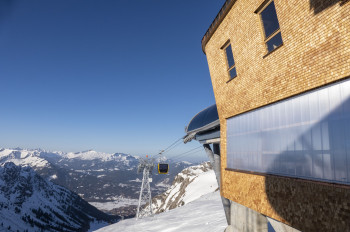 Since 2021, the new 10-seater gondola lift goes up to the Höfatsblick station.