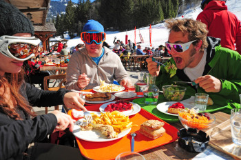 The ski area features 286 ski slopes and 30 terrain parks, serviced by 196 lifts with 99 restaurants on the slopes in total. A paradise for hungry skiers!