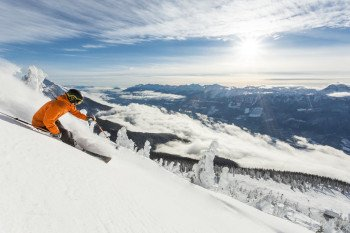 Revelstoke offers plenty of must-ski runs doable for beginners, intermediates, and expert skiers.