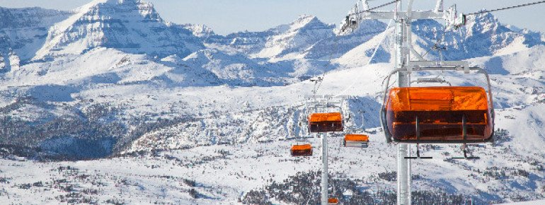 Sunshine Village inaugurated Canada's first heated lift called Teepee Town, which moves 1,200 people per hour uphill.