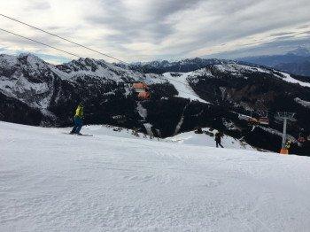 Auf der schwarzen Piste Nr. 7 am Hauser Kaibling. Hier kannst du an beliebiger Stelle nach links queren und durch freies Gelände bis zum Skiweg, der darunter quert, abfahren!
