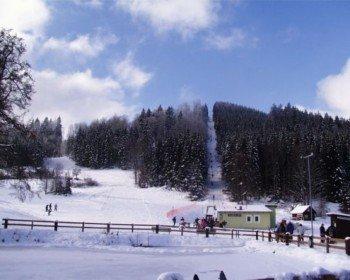 Ein Schlepplift transportiert die Wintersportler hinauf auf den Aichelberg im Waldviertel (Niederösterreich).