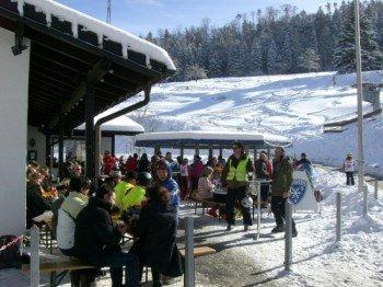Bei schönem Wetter tummeln sich die Schneesportfreunde auch im Außenbereich des WSV-Vereinsheims Skihaus Schalkental mit seiner Après-Ski-Schneebar.