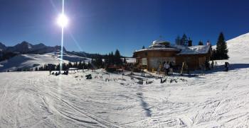 Die Kuh Bar bietet drinnen wie draußen herrliches Après Ski
