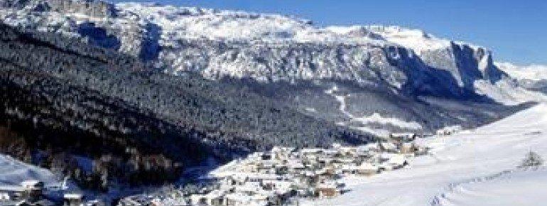 Mehrere hochalpine Ortschaften wie hier San Cassiano warten mit schönen Restaurants und urigen Après-Ski Hütten auf!