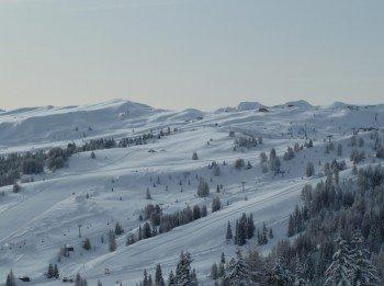 Panorama über das schneereiche Alta Badia