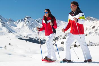 Genieße beim Schneeschuhwandern die Ruhe auf den verschneiten Almwiesen oder markierten Pfaden.