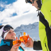 Nach dem Skifahren kannst du es dir beim Après Ski auf einer großen Sonnenterrasse gut gehen lassen.