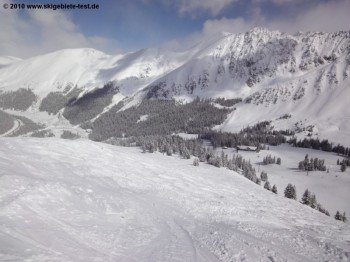 Blick von der Bergstation des Pallavicini Lifts über die Black Mountain Lodge hinunter ins Tal!