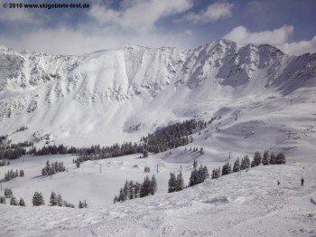 Nur für erfahrene Alpinisten, die extrem schwierigen Abfahrten an der East Wall! Hierhin führt kein Lift. Der Aufstieg muss also zu Fuß bewältigt werden. Auch die Lawinensituation sollte man hier stet