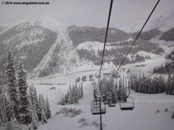 Blick über die verschneiten Hänge hinunter ins Tal!
