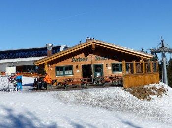 Die neueste Berghütte im Skigebiet: Der Arber Stadl samt sonniger Terrasse