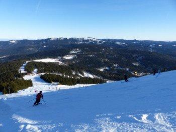 Traumhafte Panoramen und breite Pisten hat das Skigebiet am Arber zu bieten.