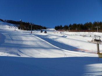 Fortgeschrittene Skifahrer freuen sich über die schwarze Liftschneise (links, Piste J), die mit der 6-er Gondelbahn erreicht wird.