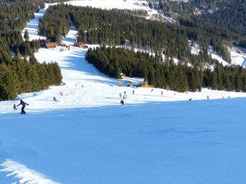 Im Zentrum des Skigebiets befinden sich die roten Pisten A (Böhmerwaldstrecke, rechts) und C (Sonnenhang, vorne rechts).