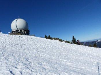 Bei der Osthangstrecke können ein paar Schwünge in unpräpariertem Schnee gezogen werden.