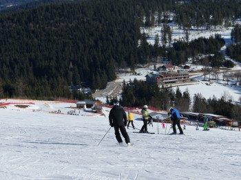Der blaue Thurnhofhang ist die Einsteigerpiste für Familien im Skigebiet am Großen Arber.