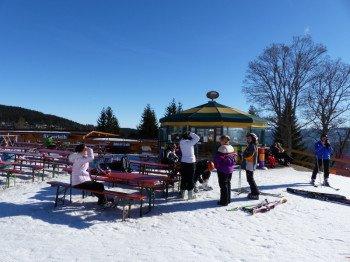 Après-Ski-Feeling kommt nur etwas bei der einzigen Schirmbar am Thurnhofstüberl auf.