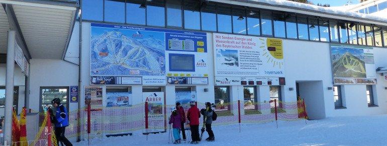 Der Einstieg ins Skigebiet wird mit einer großen Infotafel leicht gemacht.