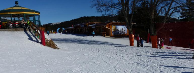 Direkt am ArBär-Kinderland befinden sich Skiverleih, Skidepot und Skischulen.