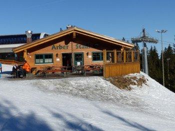 Seit 2012 befindet sich an der Bergstation der Sesselbahn Sonnenhang der urige Arber-Stadl.