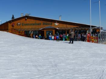 Die Eisensteiner Hütte befindet sich in herrlicher Ausrichtung unterhalb der Gondel-Bergstation.
