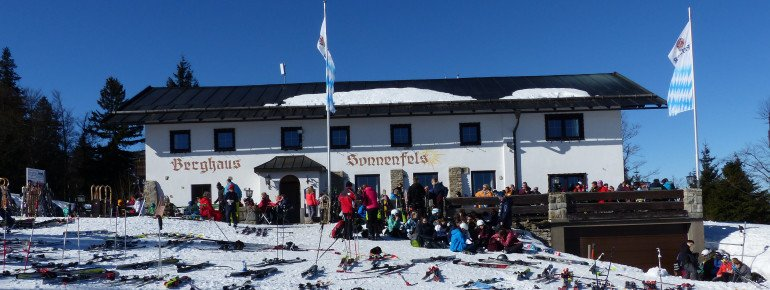 Das Berghaus Sonnenfels ist nicht nur zur Mittagszeit gut besucht und überzeugt mit toller Sonnenterrasse.