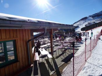 Beim ArBär-Kinderland befindet sich das Thurnhofstüberl mit den meisten Außenplätzen im Skigebiet.