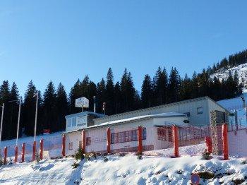 Das Gasthaus Gondelbahn bietet im Innenraum einen wohligen Kachelofen und den Blick auf die FIS-Weltcuppiste.