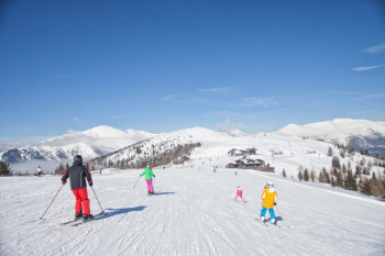 Spezielle Angebote ermöglichen einen leistbaren Skigenuss für die ganze Familie.