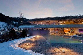 Nach dem Skitag kannst du in der Therme relaxen.