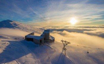 Während im Tal noch der Nebel festsitzt kann man oben am Berg schon die Sonne genießen.