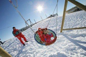 Der Spielplatz im Schnee erfreut besonders die kleinen Wintersportler.