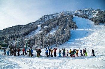 Neu im Skigebiet? Mountain Hosts - echte Norquay-Kenner - zeigen euch die Gegend auf Skiern.